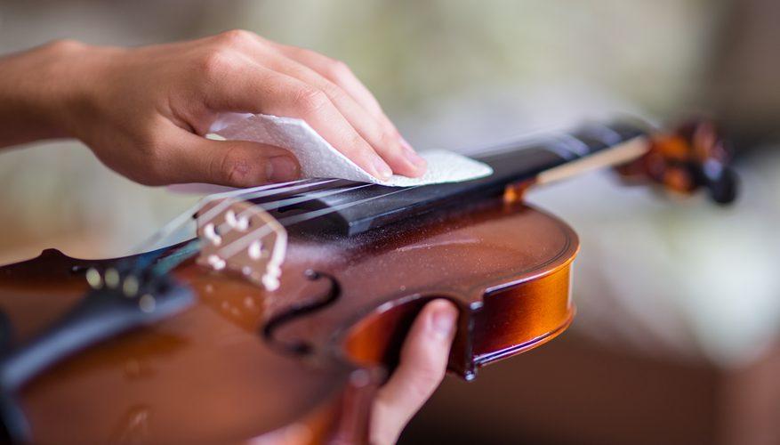 limpiar un instrumento de cuerda